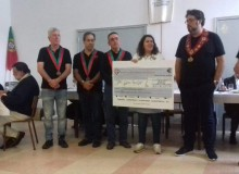 Confraria dos Enchidos doa 2530 € à Casa do Povo de Cabrela